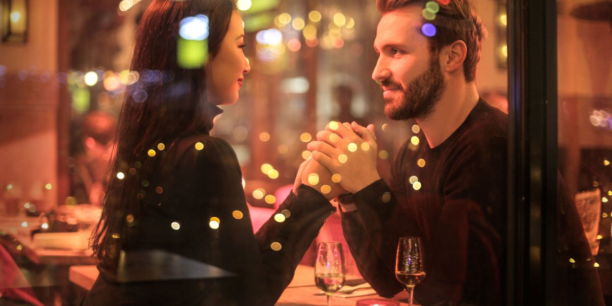 Saving Money on New Years' Eve: Best Tips for Couples